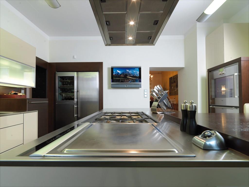 "küche leicht ""classic"" / AEG teppanyaki grillplatte induktionsbeheizt / gaggenau gaskochmulde flächenbündig in edelstahl-arbeitsplatte integriert"